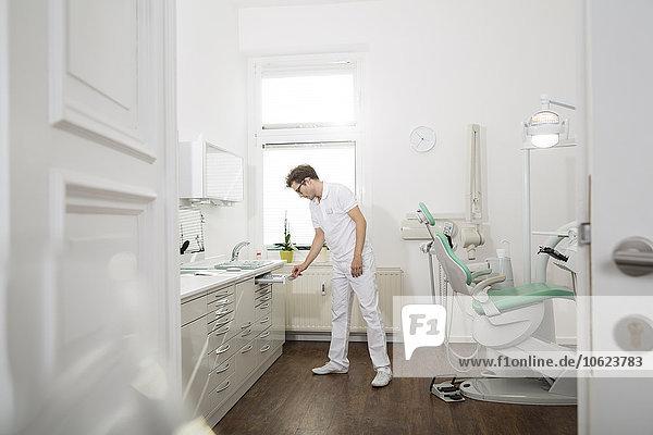 Zahnarzt in der Zahnarztpraxis zur Vorbereitung der Behandlung