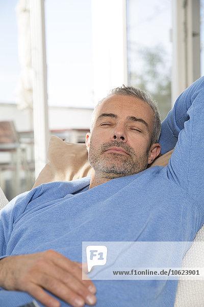 Der reife Mann entspannt sich zu Hause
