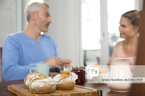 Paar beim Frühstück zu Hause