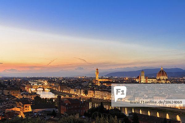 Italien  Toskana  Florenz  Stadtbild  Blick auf den Arno  Ponte Vecchio und Palazzo Vecchio am Abend