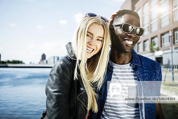 Deutschland  Duisburg  lachendes junges Paar im Medienhafen