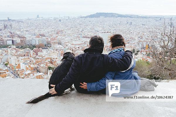 Spanien  Barcelona  Rückansicht des Paares mit Hund von Turo de la Rovira aus gesehen