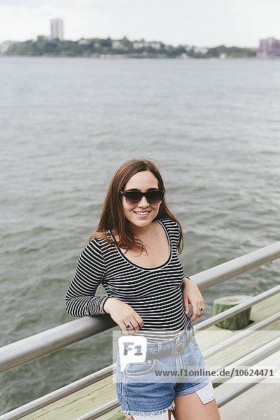 USA  New York City  lächelnde junge Frau am Hudson River