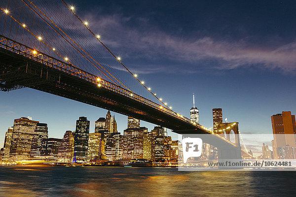 USA  New York  New York City  Manhattan  Brooklyn Bridge und Skyline während einer Sommernacht