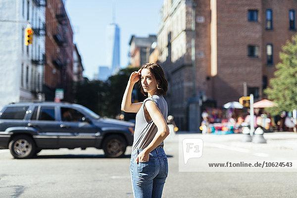 USA  New York City  Frau auf einer Straße stehend