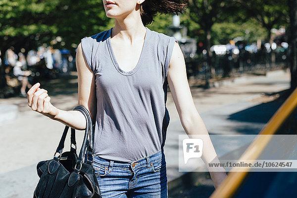 USA  New York City  junge Frau im gelben Taxi