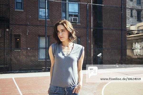 USA  New York  Manhattan  Portrait einer jungen Frau auf dem Spielplatz