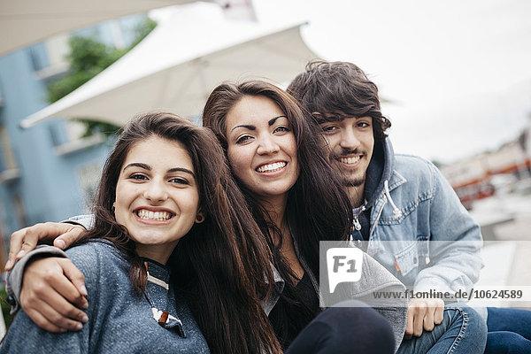 Italien  Rimini  Porträt von drei glücklichen Freunden im Freien