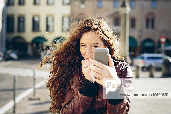 Italien  Padua  Frau  die einen Selfie mit dem Smartphone nimmt