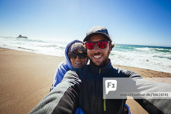 Selfie eines Paares an der Pazifikküste in Kalifornien