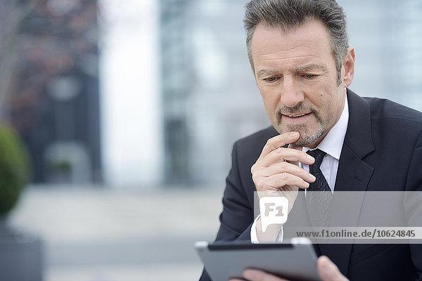 Jungunternehmer mit digitalem Tablett