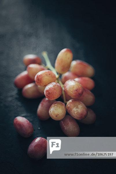 Rote Trauben auf Schiefer