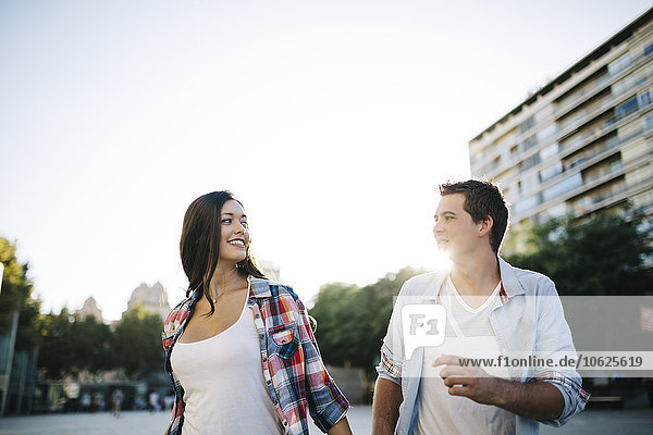 Spanien  Reus  junges verliebtes Paar  das durch die Stadt läuft