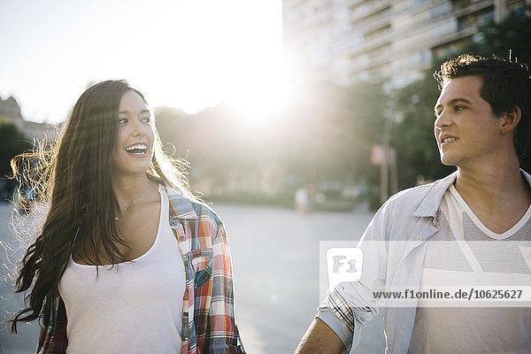 Spanien  Reus  junges verliebtes Paar  das in der Stadt herumläuft.