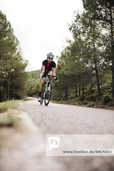 Radfahrer beim Radfahren auf der Straße