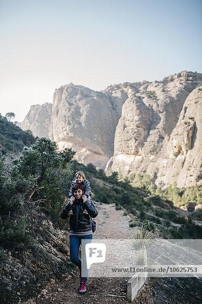 Spanien  Katalonien  Parc Natural dels Ports  Mutter mit Sohn auf den Schultern