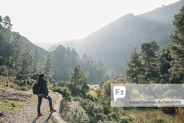 Spanien  Katalonien  Parc Natural dels Ports  Frau mit Rucksack stehend auf Wanderweg