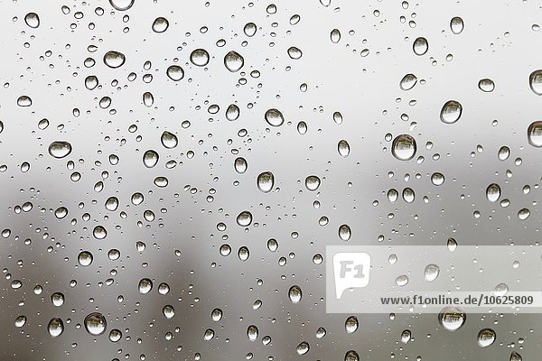 Regentropfen auf der Windschutzscheibe