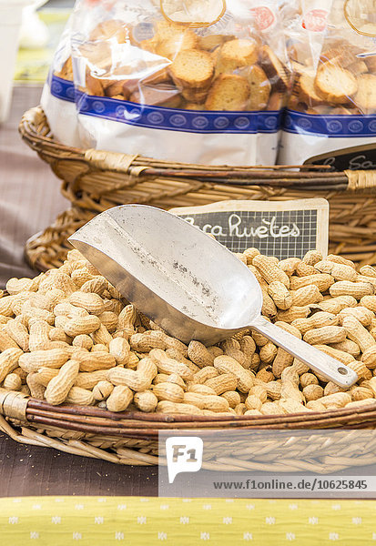 Frankreich  Bormes-les-Mimosas  Erdnüsse auf dem Straßenmarkt