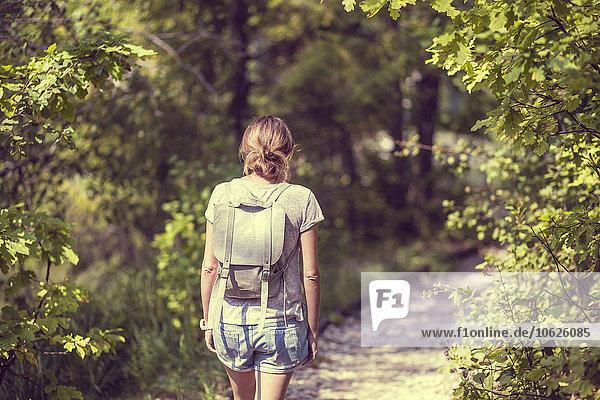 Russland  Sankt Petersburg  Rückansicht einer Frau mit Rucksack im Schuwalowskij-Park