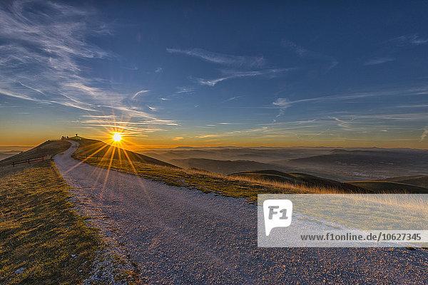 Italien  Umbrien  Valsorda  Sonnenuntergang über der Einsiedelei Serrasanta