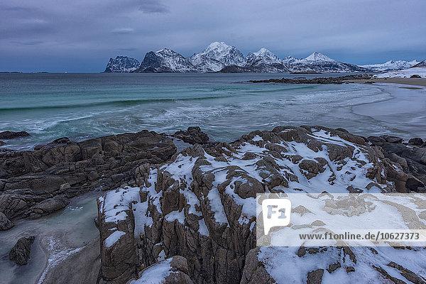 Norwegen  Lofoten  Myrlandstrand  Fjorde und Felsen im Winter