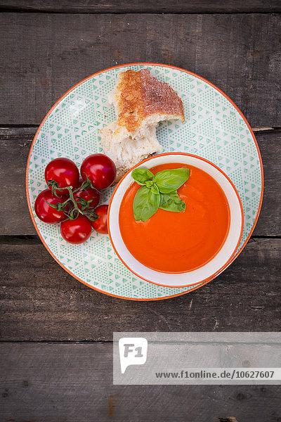 Schüssel Tomatencremesuppe mit Basilikumblättern garniert