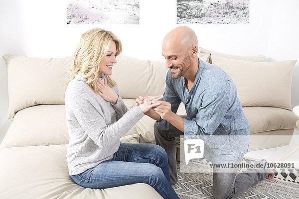 Mann  der eine Heirat mit einer Frau vorschlägt