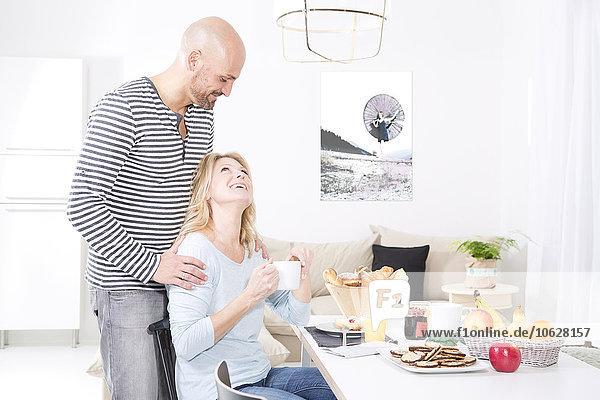Glückliches Paar am Frühstückstisch