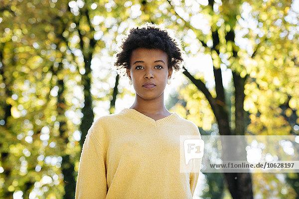 Schöne schwarze Frau draußen im Herbst