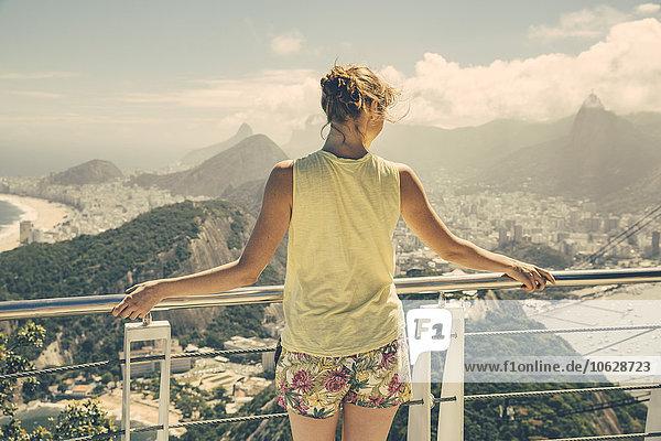 Brasilien  Frau blickt vom Zuckerhut auf Rio de Janeiro hinunter
