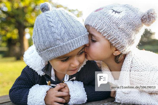 Mädchen küssender kleiner Junge