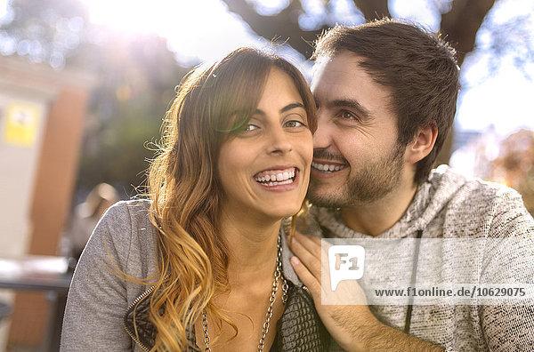 Glückliches junges Paar in einem Straßencafé