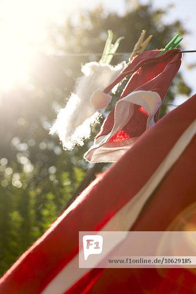 Weihnachtsmann Kostüm Übergabe an der Wäscheleine zum Trocknen