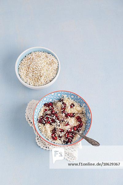 Schale aus Naturjoghurt mit Amarant und Granatapfelsamen