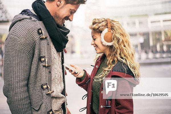 Italien  Mailand  Paar sucht Smartphone