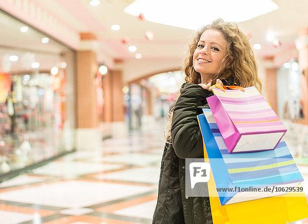 Italien  Lombardei  Mailand  Frau mit Einkaufstaschen im Einkaufszentrum