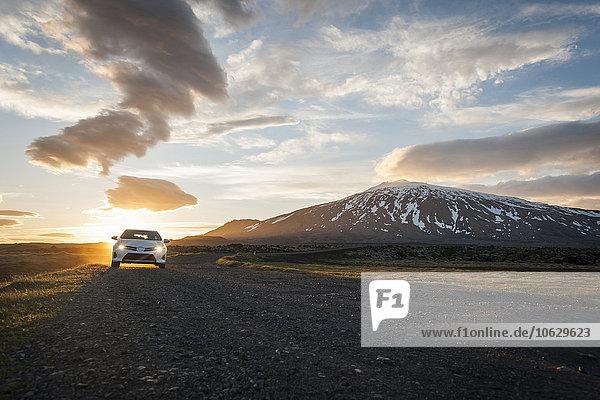 Island  Auto auf Schotterstraße unter Mitternachtssonne