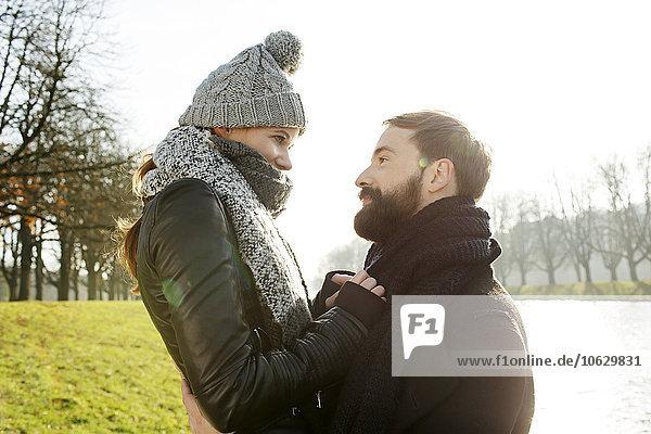 Glückliches Paar am Flussufer im Herbst