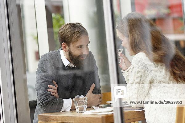 Lächelndes junges Paar im Restaurant