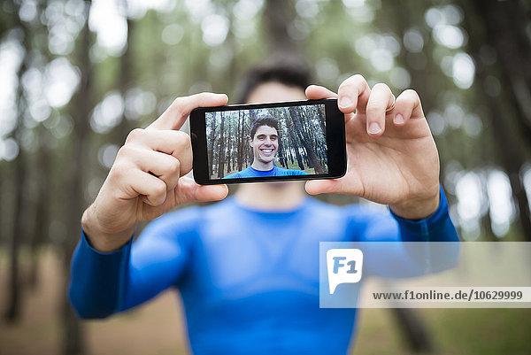 Selfie eines Läufers auf dem Display eines Smartphones