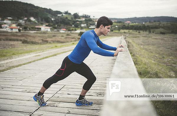 Spanien  Ferrol  Jogger auf der Strandpromenade