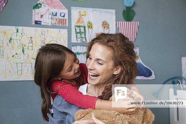 Mutter und Tochter beim gemeinsamen Spaß im Kinderzimmer