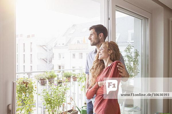 Paar schaut aus dem Fenster