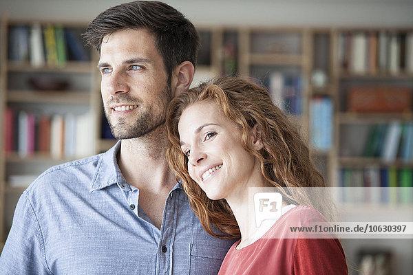 Lächelndes Paar zu Hause