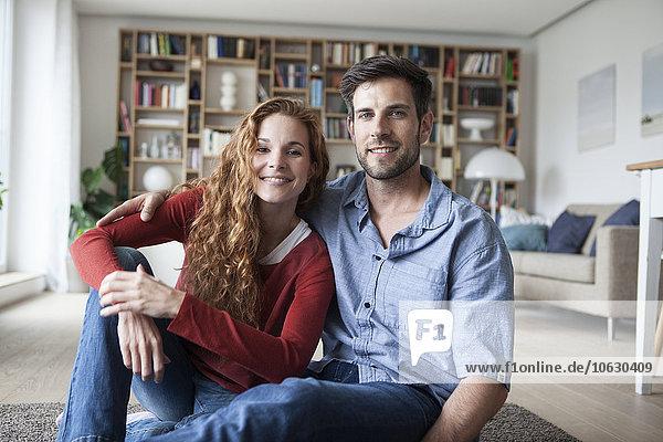 Porträt eines lächelnden Paares  das sich zu Hause entspannt.