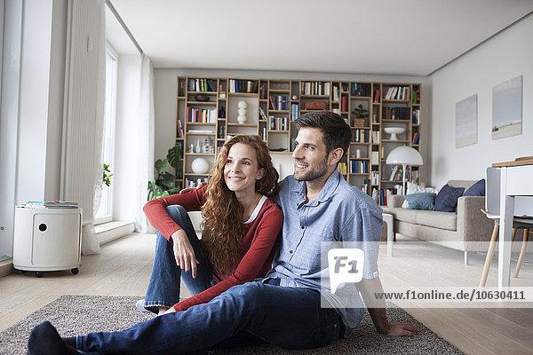 Lächelndes Paar entspannt zu Hause