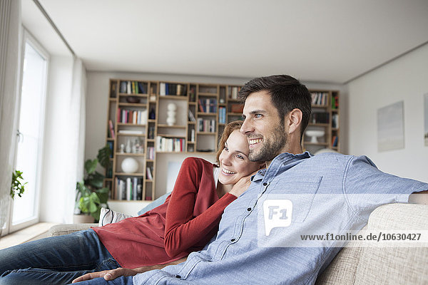 Entspanntes Paar zu Hause auf der Couch