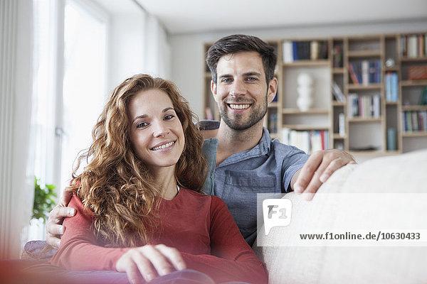 Porträt eines entspannten Paares zu Hause auf der Couch