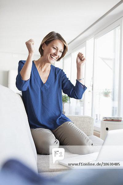 Glückliche Frau beim Online-Shopping